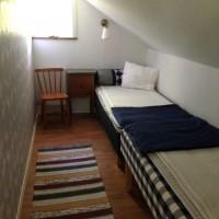 Två sängar på övervången